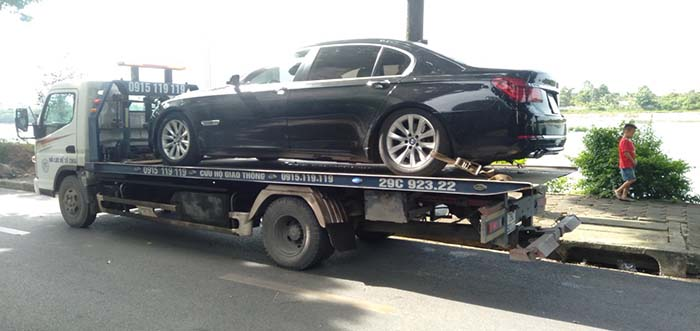 Cứu hộ xe BMW 750i vỡ két nước tại Thị xã Sơn Tây