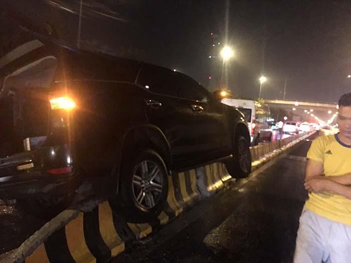 Cứu hộ xe Ford Everest mất lái leo lên dải phân cách tại Quốc lộ 2B