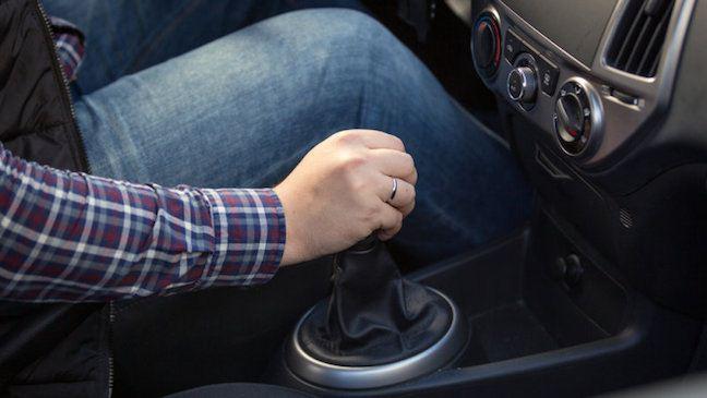 Thói quen lái ô tô luôn giữ cần số