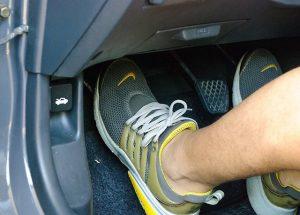 Gót chân phải tránh vị trí gần chân ga hơn chân phanh